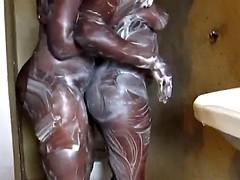 Grote mammen, Zwart, Zwart, Vingeren, Lesbisch, Masturbatie, Douche