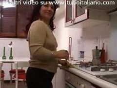 Casalingua Italiana in carne Italian rotund housewife