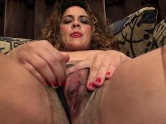 American milf Vanessa Jones plays with her hairy pussy