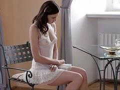 18 ans, Brunette brune, Mignonne, Européenne, Masturbation, Naturelle, Maigrichonne, Se déshabiller