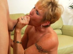 Sex starved mama provides her starving muff for hardcore