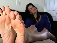 Hot Mature Lady exhibits Bottoms and the Toes
