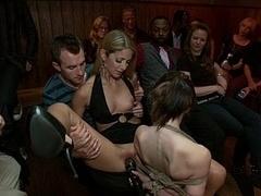 Bondage discipline sadomasochisme, Bruinharig, Seksspeelgoed, Groepseks, Hardcore, Vernedering, Openbaar, Vastgebonden