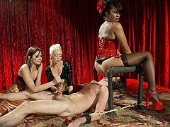 Homme nu et filles habillées, Domination, Face assise, Femelle, Femme dominatrice, Groupe, Branlette thaïlandaise, Jarretelles